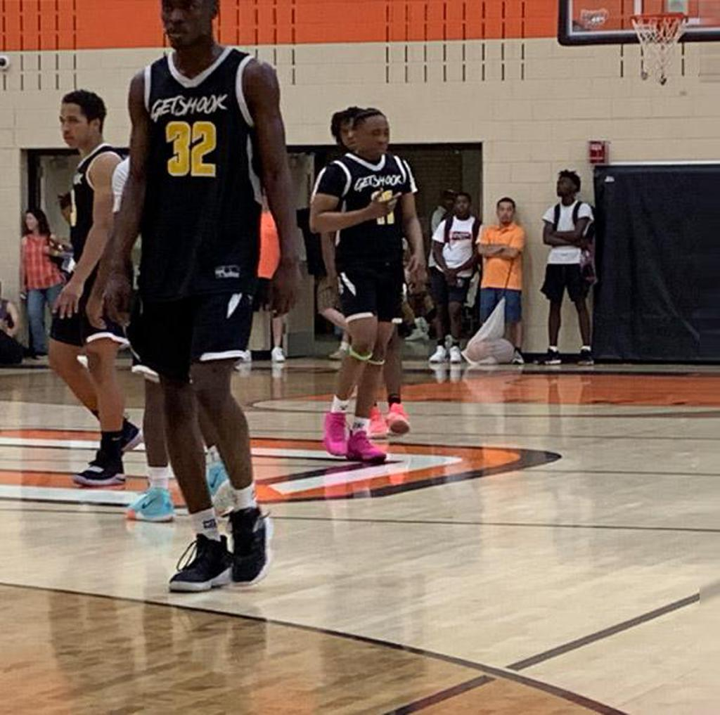 David Osayameh one high flyers in the class of 2021 that plays above the rim!  Picture from the RoundBall Remix Classic 3